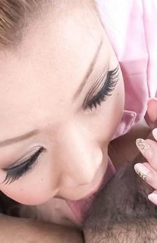 小林愛弓ちゃんがピンクのナース姿で登場!もっと太いのが好き!カメラ目線で、チンポを奥まで咥えて丁寧に濃厚なフェラ!