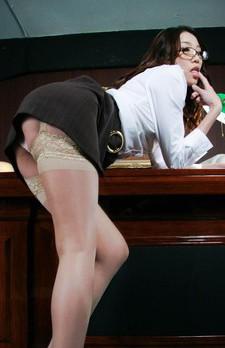 眼鏡萌えのデキるOLいぶきちゃん。上司に迫られ、強制イラマ責め。涙を流しながらも、バキュームフェラ。フィニッシュは顔射!