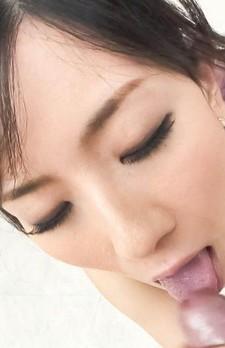 セレブな美熟女小向まな美さんがセクシーなブラ&パンティ。チュッパチュッパと亀頭を舐めあげて、小さなお口でバキュームフェラ。