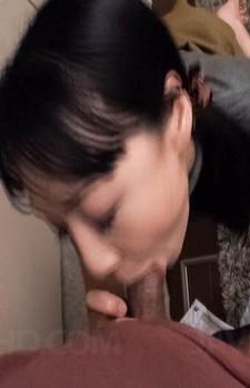 爆乳Fカップ若林美保さんが配達員を家にあげて、卑猥な小マンコを見せ付け、勃起した配達員のチンポにしゃぶり付き豪快バキューム!
