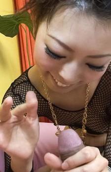 セクシーなプレイスーツ姿で浅見友紀ちゃんが登場。足コキ痴女プレイから手コキ。バキュームフェラでお口でザーメンキャッチ!