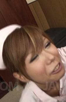 痴女ナース綾ちゃんが院長を誘惑。ディープキスからフェラご奉仕。バキュームフェラで吸い上げて、濃いザーメンをゴックン!