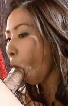指マン責めから、稲森千恵ちゃんお得意のご奉仕フェラ。挑発する視線で、何度もバキュームを繰り返してゴックン!