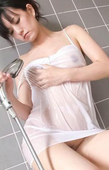 Manami Komukai Asian gives fine blowjob in bathtub before shower