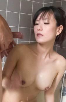 人気女優にそっくりの小向まな美さんが、バスルームオナニープレイ。男優の勃起したチンポをご奉仕フェラから口内射精!