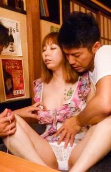 マイクロビキニで接客するセクシー居酒屋のパイパン女将北川みなみさん。マン繰りでパイパンをバイブ責めされ、イキまくる!