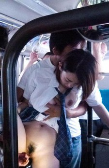 パーフェクトボディ・爆乳女子校生沙月由奈ちゃんが乗り込んだのは痴漢バス。そこでは、卑劣な猥褻行為が車内で繰り広げられる。