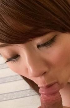 Dカップ美乳のキュートな秋元まゆ花ちゃんにお願いフェラ。カメラ目線でチンポを咥えて、バキュームで吸い上げる!