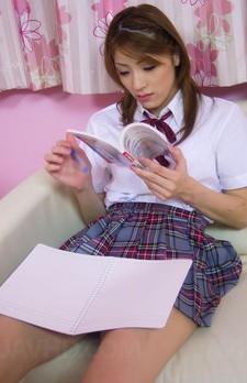 お勉強中の女子校生まひるゆうちゃん。ボールペンオナニーを始めるとちんこが欲しくなってしまいました。差し出されたチンコを咥えます。