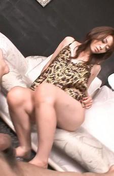 美熟女北条麻妃さんが、イケイケプレイスーツで誘惑。長い脚を使っての足コキから、バキュームフェラでザーメンを吸い尽くします!