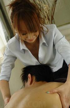 現役エステシャンの水川アンナちゃんが、裏エステご奉仕。下腹部を舐めあげ、素股からバキュームフェラでチンポを吸い尽くします!