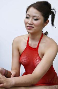 キュートなみづき伊織ちゃんが全身赤い網タイツを着て登場!チンコを手コキからバキュームフェラからザーメンを搾り抜きます。