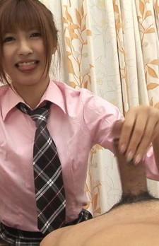 中出しアイドルことにゃん、相崎琴音ちゃんが登場。笑顔で豪快なWフェラから手コキ。濃いザーメンをお口で受け止め、大満足のことにゃん。
