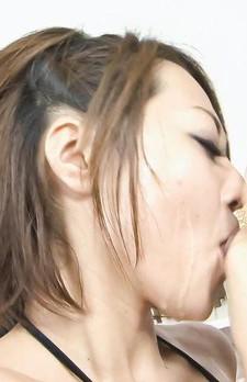 マイクロビキニ姿で登場したパイパン娘は、白石優ちゃん。豪快トリプルフェラ。次々と顔面でザーメンを受け止め、ザーメンまみれ。