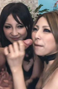 お揃いの黒いセクシーブラ&パンティで登場してくれたのは、桐生さくらと君島あかりちゃん。外人さんのチンポが差し出されると奪い合い!