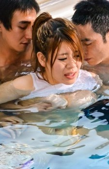 Suzuna Komiya Asian with big chest gives double blowjob at pool