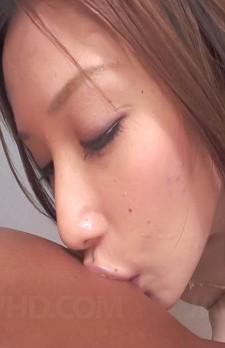 巨乳・巨尻で清楚な美人、織原えみちゃんがカメラ目線でフェラ抜きに挑戦。ブラを外され、バキュームで吸い上げてくれます!
