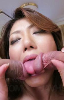 豪快なWフェラで3Pレクチャーする美熟女西尾玲奈さん。焼き鳥ファックで喘ぎまくり。フィニッシュはザーメン連続中出し!