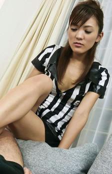 サッカーのユニフォーム姿で登場したスポーツ大好きな美少女愛葉渚ちゃん。長い脚を使って足コキ開始。パイずりからフェラ抜き!
