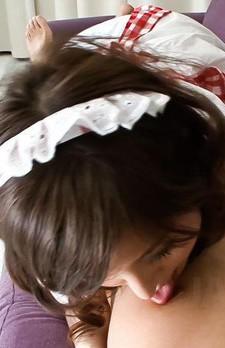 萌メイド、吉川萌ちゃんの登場です。スナップを効かせた手コキからバキュームフェラ。痴女メイドがザーメンを搾り取ります。