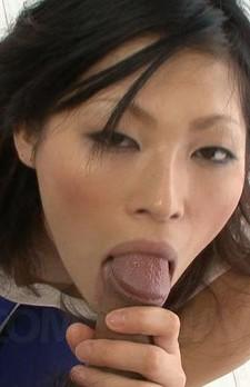 差し出されたチンポの裏スジを舐めあげる涼さん。今回はお口だけでイカせてくれます。フェラ顔がナイス!